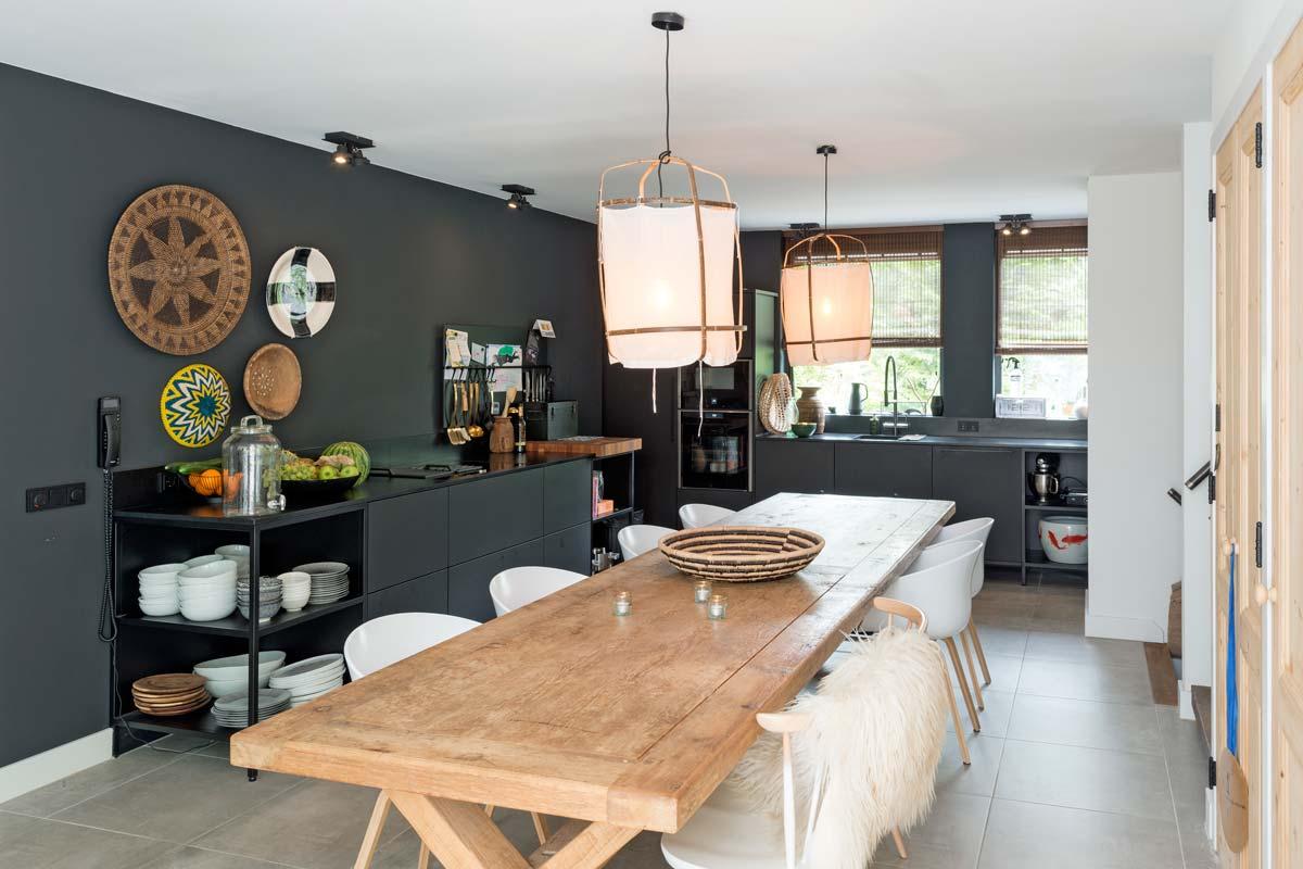 keuken met stalen frame met werkblafzuiging