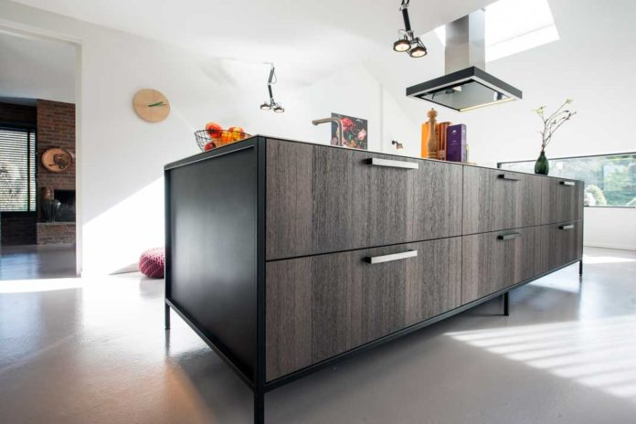 Een Keuken Met Stalen Frame Met Werkbladafzuiging Werkbladafzuiging